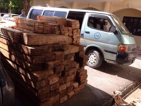 Xuống đường cản trở CSGT để ô tô biển xanh chở gỗ tháo chạy
