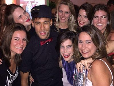 Neymar cưỡi trực thăng dự party siêu sang của nữ diễn viên Brazil