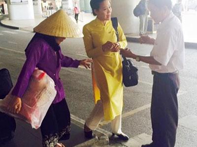 Câu chuyện đẹp: Bộ đồng phục cô tiếp viên hàng không và đôi chân trần của bà cụ già