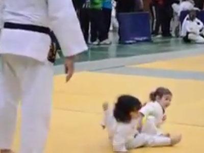 Clip trận đấu Judo của 2 bé gái siêu dễ thương