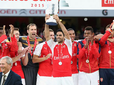 Walcott lập công giúp Arsenal vô địch Emirates Cup