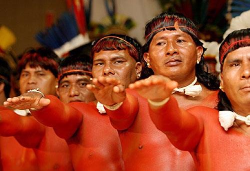 Cuộc sống bí ẩn của bộ tộc thổ dân khỏa thân hoàn toàn ở rừng Amazon