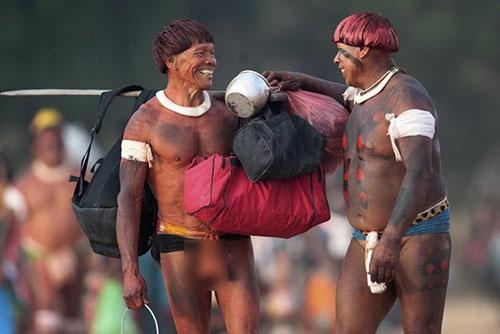Cuộc sống bí ẩn của bộ tộc thổ dân khỏa thân hoàn toàn ở rừng Amazon - 2