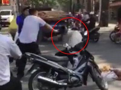 Clip tài xế taxi hành hung người lái xe ôm khiến dân mạng phẫn nộ