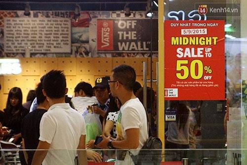Hàng trăm người chen chân lúc nửa đêm chờ mua hàng giảm giá khủng