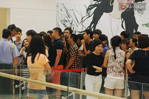 Hàng trăm người chen chân lúc nửa đêm chờ mua hàng giảm giá khủng - 1