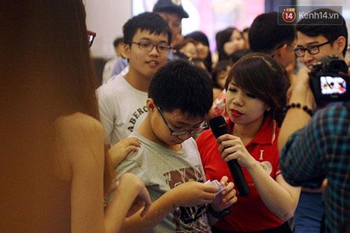 Hàng trăm người chen chân lúc nửa đêm chờ mua hàng giảm giá khủng - 4