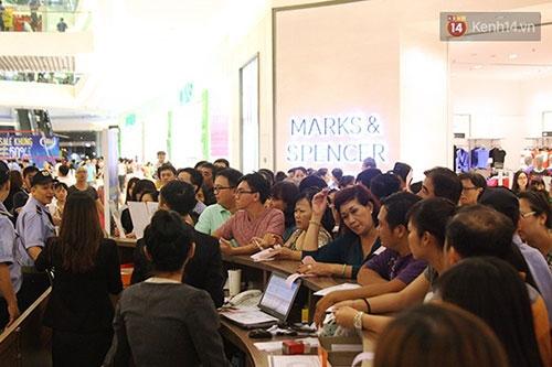 Hàng trăm người chen chân lúc nửa đêm chờ mua hàng giảm giá khủng - 5