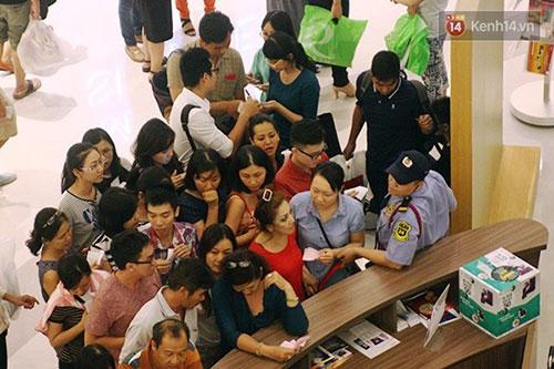 Hàng trăm người chen chân lúc nửa đêm chờ mua hàng giảm giá khủng - 6