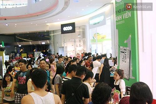 Hàng trăm người chen chân lúc nửa đêm chờ mua hàng giảm giá khủng - 7