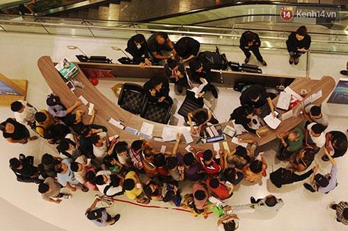 Hàng trăm người chen chân lúc nửa đêm chờ mua hàng giảm giá khủng - 10