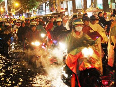 Sài Gòn: Sau mưa, đường phố lại tê liệt