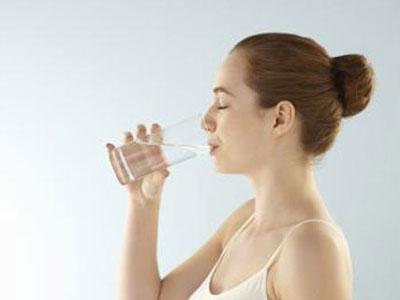 Uống nhiều nước gây hại não, nội tạng, sự thật thế nào?