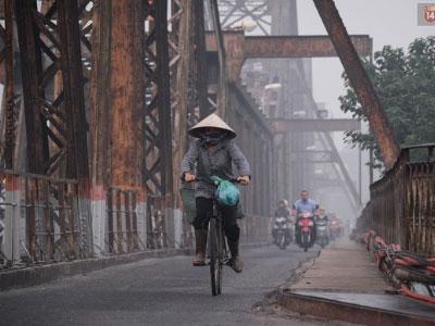 Người Hà Nội khổ sở khi thành phố chìm trong sương mù dày đặc vào sáng sớm