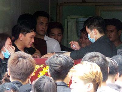 Bạn bè khóc thương chàng trai bị hai cô gái đâm chết giữa vòng xoay