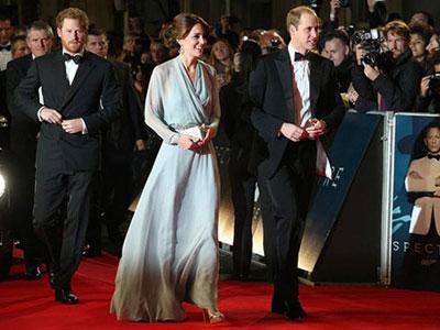 """Vợ chồng Hoàng tử William lấn át dàn sao """"James Bond"""""""