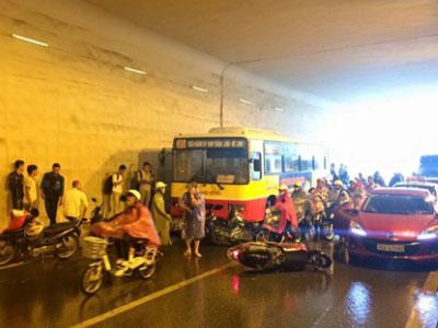 Xe buýt đâm hàng loạt xe máy đang trú mưa dưới hầm Kim Liên