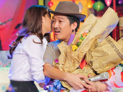 Nhã Phương hôn Trường Giang ngay trên sân khấu