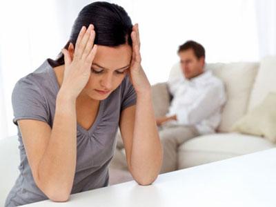 Chồng dẫn bồ về nhà chăm con để ép vợ ly hôn