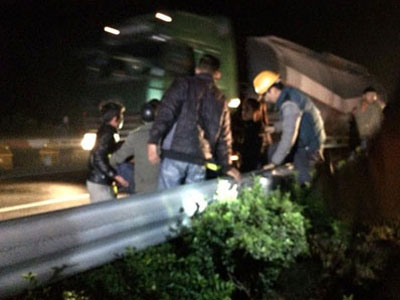 Tai nạn trên cao tốc Pháp Vân: 1 nhân viên cứu hộ ngã xuống đường, phải đi cấp cứu