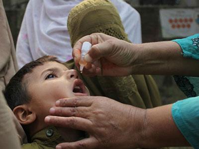 Thủ lĩnh Taliban rơi nước mắt xin văcxin bại liệt cho con