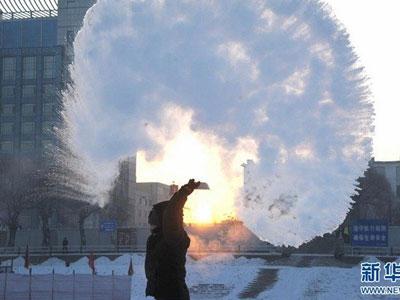 Nước sôi hắt ra hóa băng trong cái rét cực độ ở Trung Quốc