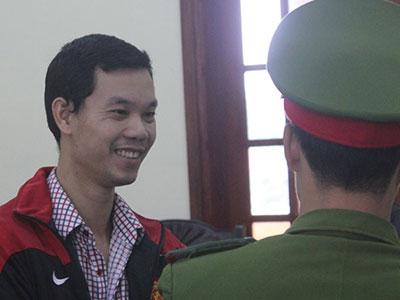 Giám đốc chế IC giả giúp cây xăng gian lận tươi cười khi hầu tòa