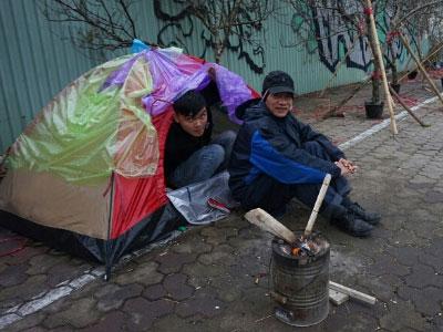 Người Hà Nội dựng lều chống siêu rét
