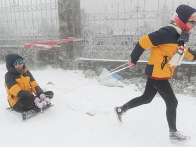 Giới trẻ thích thú chơi trò trượt tuyết ở Mẫu Sơn