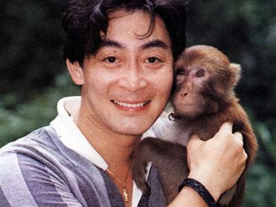 Fan thích thú ảnh Lục Tiểu Linh Đồng vui đùa với khỉ