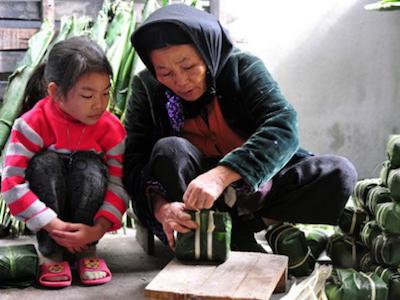 Báo Pháp viết về tục gói bánh chưng ở Việt Nam