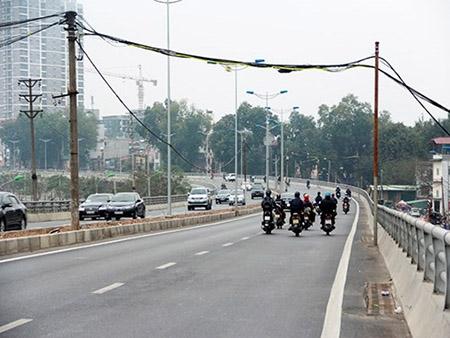 Cột điện bằng cọc tre trên đường nghìn tỷ ở Hà Nội - 2