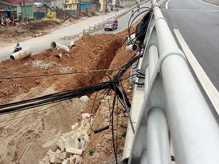 Cột điện bằng cọc tre trên đường nghìn tỷ ở Hà Nội - 5