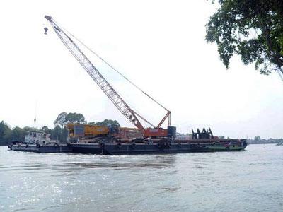 Điều cẩu nổi 500 tấn ở TP HCM về Đồng Nai vớt cầu Ghềnh