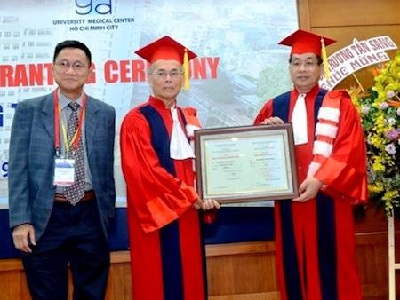 Việt kiều Mỹ được phong hàm giáo sư danh dự vì đóng góp cho ngành y