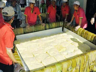 """Cận cảnh gói chiếc bánh chưng """"khủng"""" 2,5 tấn dâng Quốc Tổ"""