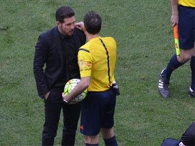 HLV Diego Simeone nhận thẻ đỏ vì diễn chiêu