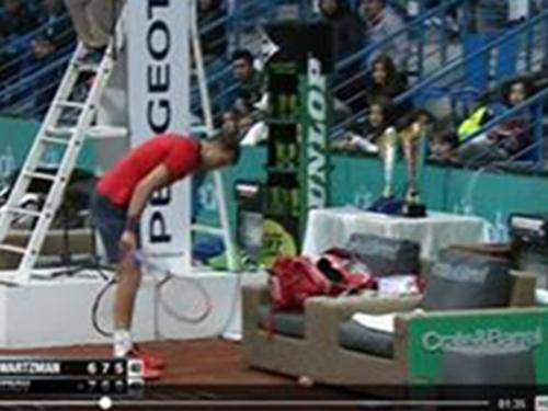 Dimitrov đập gẫy liền 2 cây vợt ở cuối ván 3 Ảnh: Tennis Live
