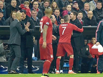 HLV Diego Simeone bóp cổ Ribery ở trận Bayern 2-1 Atletico Madrid