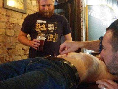 Nhà hàng kì dị cho khách thưởng thức bia chiết xuất từ lông rốn