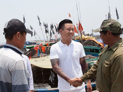 Tuấn Hưng quyên góp hơn 300 triệu đồng cho ngư dân Hà Tĩnh