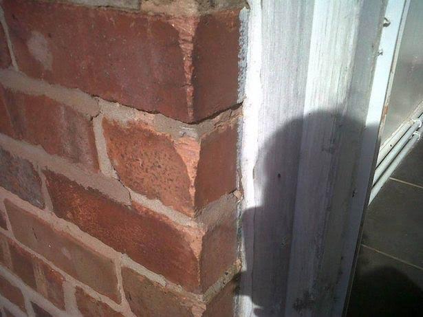 Cô thường cạo tường để lấy gạch vụn ăn.