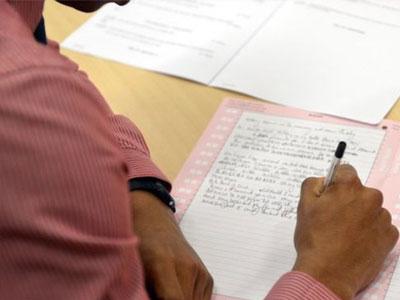 Hơn 3.000 học sinh Thái Lan phải thi lại đại học sau vụ gian lận sử dụng smartwatch