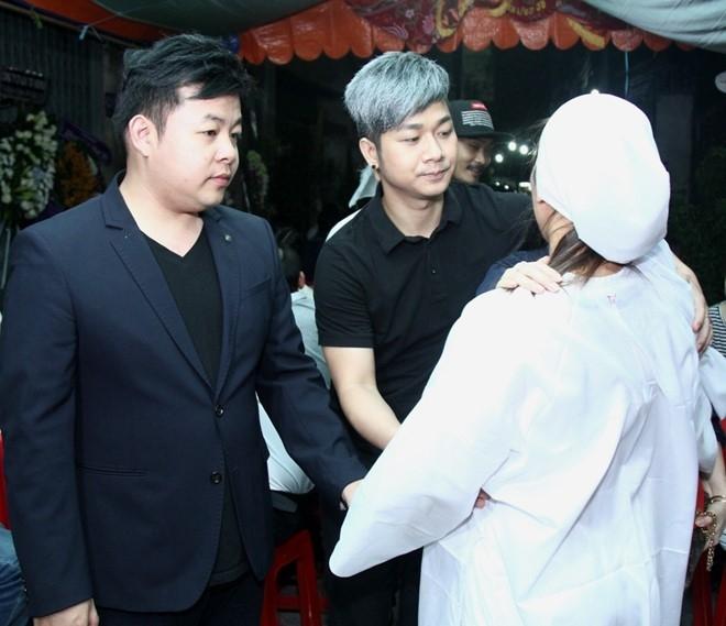 Quang Lê đến viếng bố đồng nghiệp cùng Quách Tuấn Du.