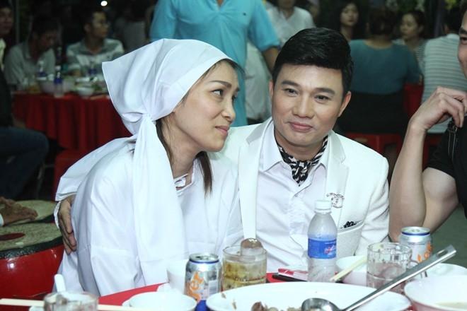 Giám khảo Thần tượng Bolero - Quang Linh cũng đến chia buồn với gia đình Hồng Ngọc.