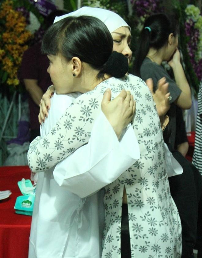 Việt Hương đến viếng bố bạn thân ngay khi hoàn thành xong buổi quay một chương trình truyền hình. Nữ danh hài xúc động, ôm chầm lấy bạn.