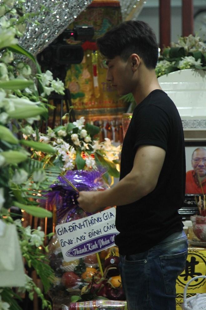 Issac xúc động thắp hương cho bố ca sĩ Hồng Ngọc. Ông Xuân Dinh qua đời vào sáng ngày 9/5 sau thời gian dài chống trọi với bệnh phổi.