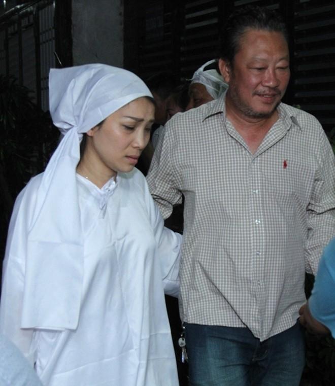 Nhạc sĩ Lê Quang là người anh gắn bó với Hồng Ngọc thời gian chị còn hoạt động ở Việt Nam. Do đó, khi gia đình cô gặp chuyện buồn, anh không thể vắng mặt.