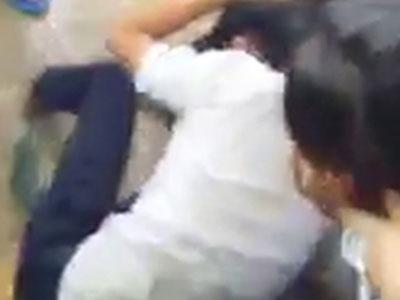 Lưu ban nữ sinh đánh bạn vì 'đi giày giống mình'