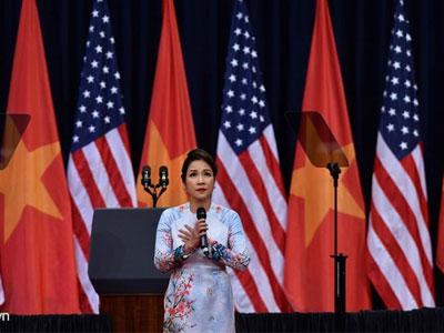 Ca sĩ Mỹ Linh hát Quốc ca đầy xúc động đón ông Obama